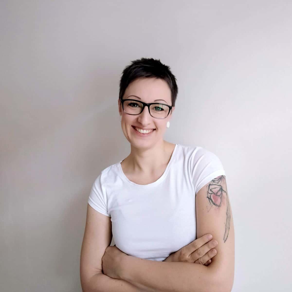 Lena stehend, frontal in die Kamera schauend, lächelnd