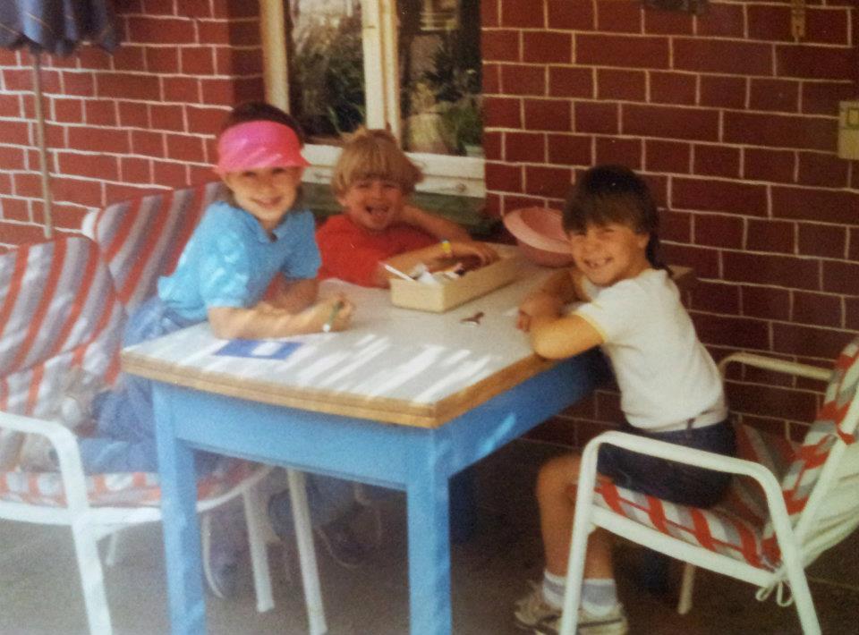 Kindheit in den 80ern, drei Mädchen an einem Tisch