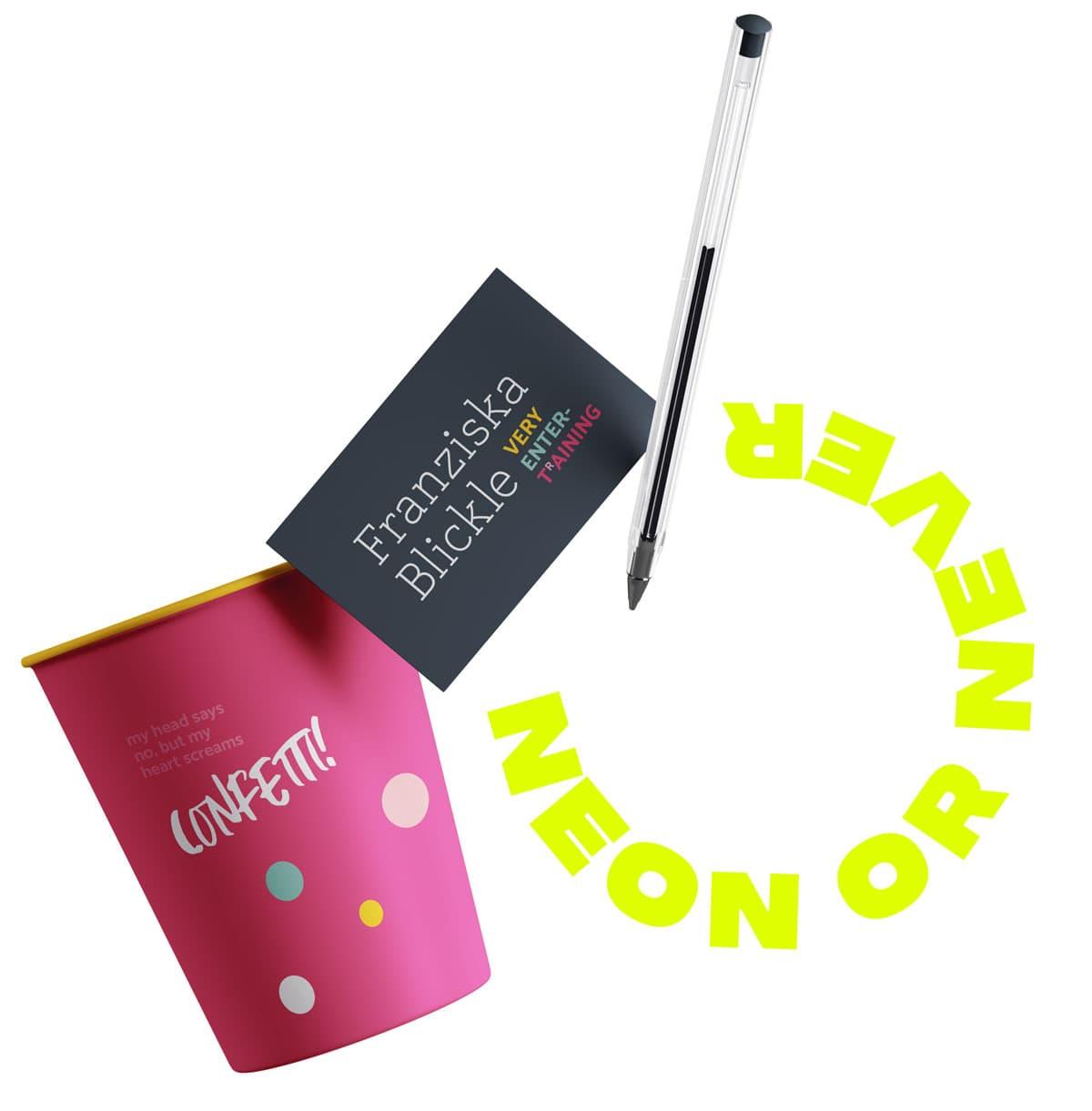Ein schwebender Becher, eine Visitenkarte und ein Kugelschreiber mit Design