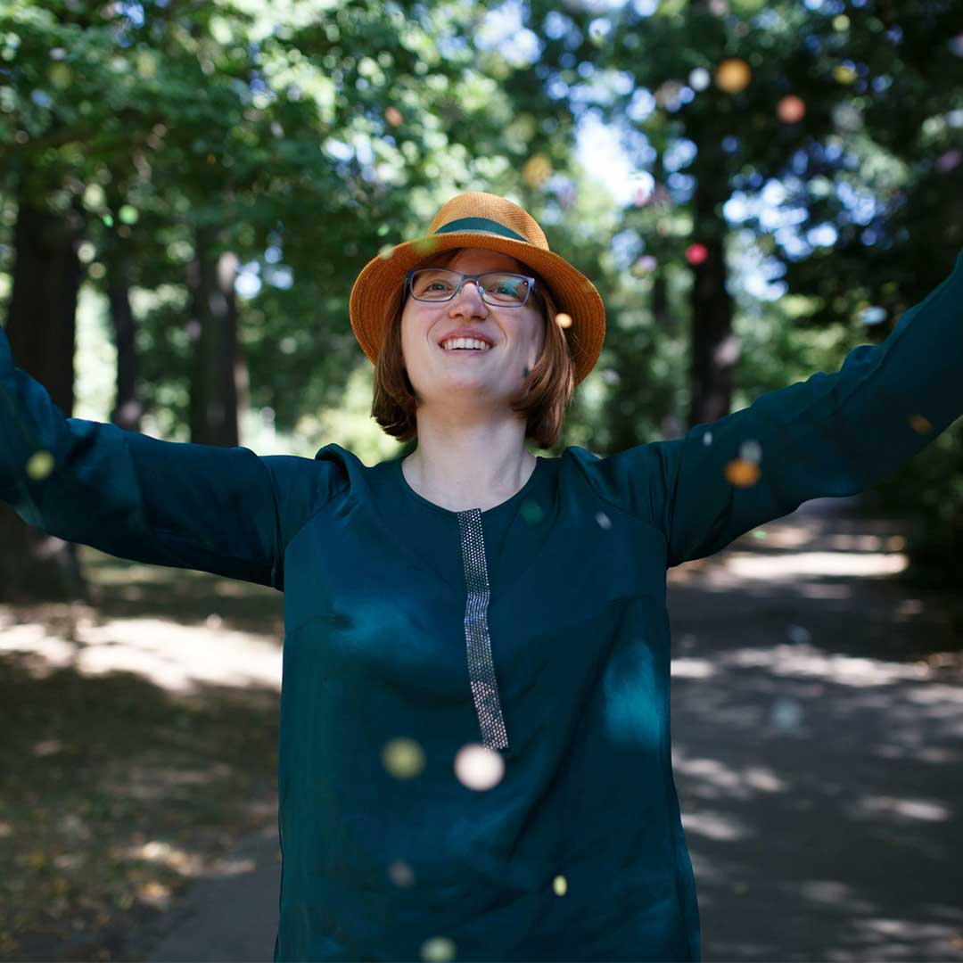 Jane von Klee mit Hut im Park